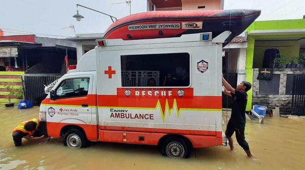 Komunitas Suzuki Club Reaksi Cepat (SCRC) ikut evakuasi warga Bekasi Timur