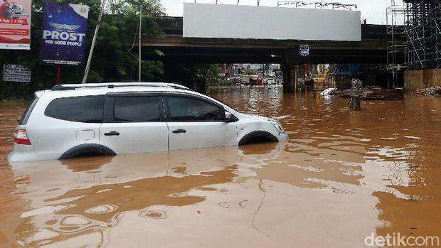 Cara klaim asuransi mobil kena banjir