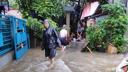 Sekolah Libur Gegara Banjir Jakarta Hari Ini, Anak-anak Berenang di Air Bah