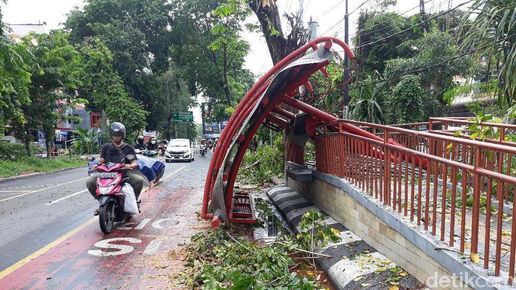 Pohon Tumbang Timpa Halte Bus Berisi 6 Siswa SMP di Solo