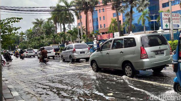 Akses menuju rumah sakit masih tergenang air setinggi mata kaki.