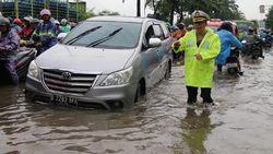 Polda Metro Terjunkan 450 Personel Atur Lalin di 42 Titik Banjir DKI