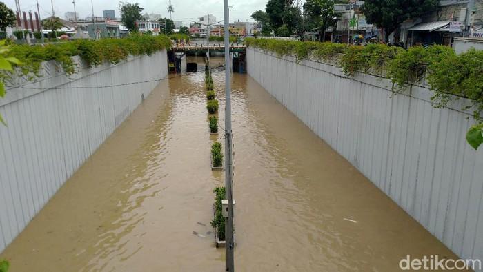 Hujan yang mengguyur Jakarta sejak Senin (24/2) malam membuat sejumlah wilayah terendam banjir. Salah satu kawasan yang terendam banjir adalah Underpass Senen.