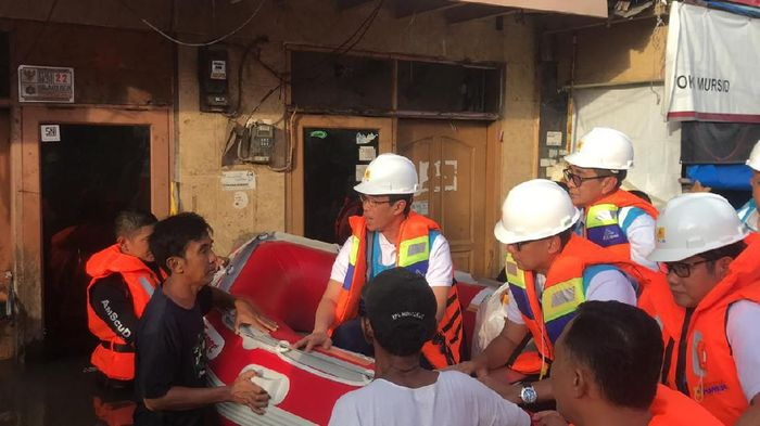 Naik Perahu, Dirut PLN Tinjau Kelistrikan di Daerah Banjir.