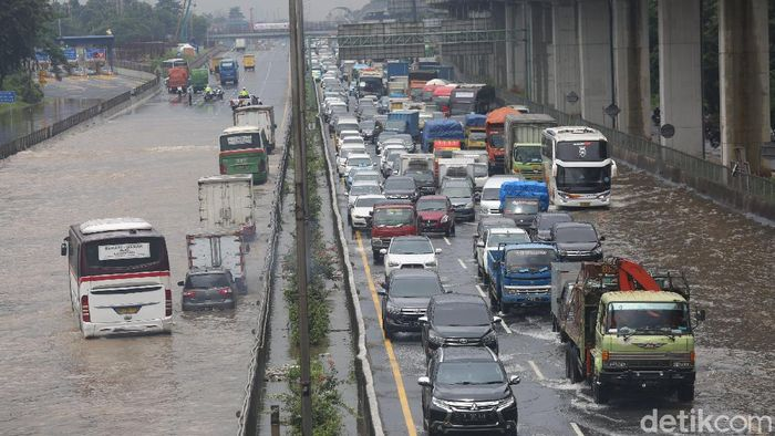 Tol Jakarta Cikampek KM 9 Jatibening, Kota Bekasi, Jawa Barat, ikut terendam banjir. Akibatnya antrean kendaraan mengular panjang akibat terputusnya jalan.