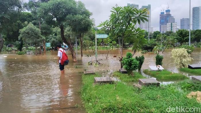 Penampakan tak biasa muncul usai hujan deras yang mengguyur Jakarta. Penampakan setinggi satu meter tersebut adalah banjir yang menggenangi TPU Karet Bivak