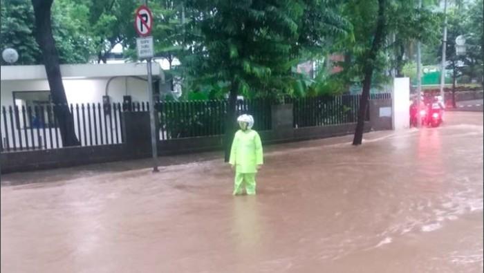 Banjir di depan kampus Atmajaya pada Selasa (25/2/2020) pagi/TMC Polda Metro Jaya