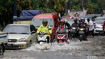 Jalan di Bekasi Terendam Banjir, Pemotor Masuk Tol Becakayu