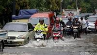 Antrean panjang kendaraan tampak terlihat di salah satu jalan yang terendam banjir di kawasan Bekasi.