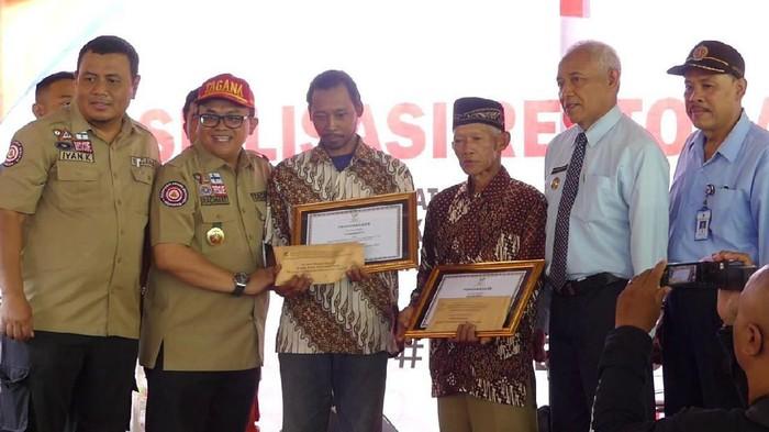 Pemberian hadiah ke Mbah Rois dan Kodir penyelamat siswa SMPN 1 Turi, Selasa (25/2/2020)