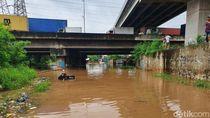 Tawa Warga Pecah Lihat Tukang Sayur Terobos Banjir di Kalimalang Naik Becak