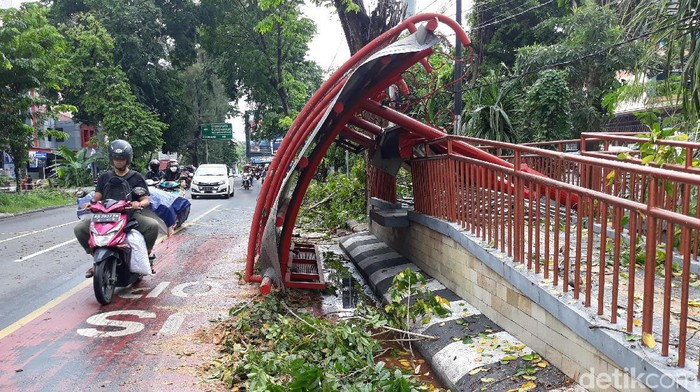 Hujan lebat yang mengguyur Kota Solo membuat pohon di Jalan Bhayangkara, Tipes, tumbang siang ini. Pohon tumbang tersebut menimpa halte bus Batik Solo Trans (BST).
