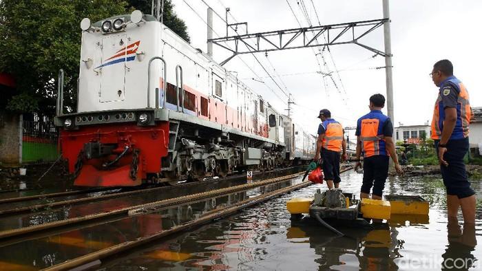 Area perangkat wesel di Stasiun Pasar Senen tergenang air. Hal itu turut berimbas pada perjalanan kereta dari stasiun tersebut.