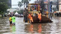 Alat Berat hingga Truk Satpol PP Bantu Warga Terjang Banjir