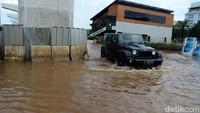 Meski terbilang tangguh melintasi berbagai medan, mobil SUV dibuat untuk dioperasikan di darat. Bukan di air, atau kombinasi dua dunia itu. Oleh karena itu banyak ahli keselamatan berkendara dan bengkel di seluruh dunia mengingatkan pemilik kendaraan untuk tidak memaksakan diri melintasi banjir menggunakan mobilnya. Termasuk SUV.