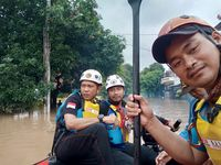 komunitas Suzuki Club Reaksi Cepat (SCRC) ikut evakuasi warga dan pasien RS di Bekasi Timur