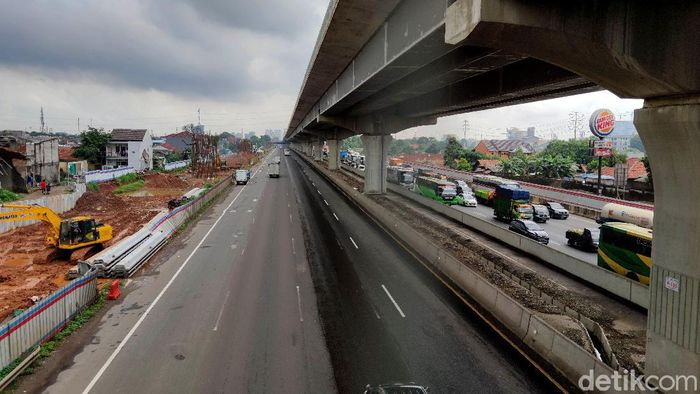 Sejumlah kendaraan terjebak kemacetan di Tol Japek KM 19 Bekasi yang mengarah ke Cikampek. Sebaliknya ruas tol yang mengarah ke Jakarta justru lengang.