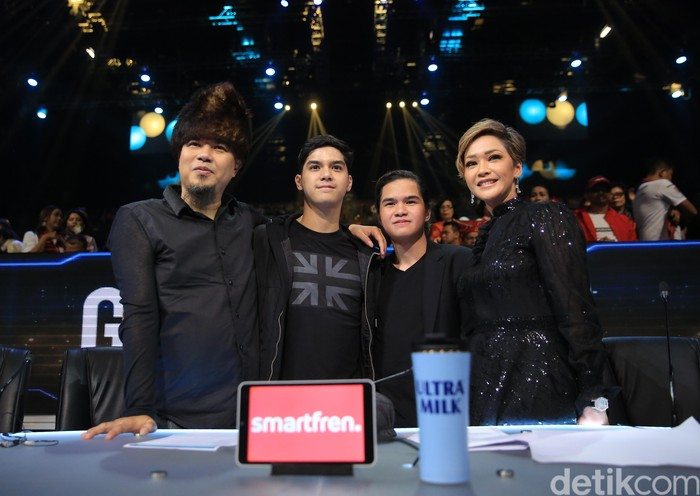 Maia Estianty dan Ahmad Dhani Sepanggung di Indonesian Idol