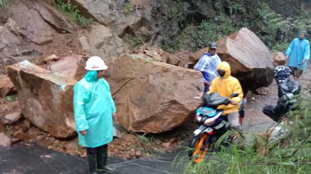 Longsoran Batu Besar Tutup Jalur Utama Garut Selatan
