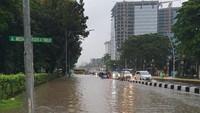 Jl MH Thamrin Depan Sarinah Banjir, Hati-hati Melintas