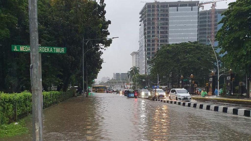 Jalan Medan Merdeka Timur Tergenang, Lalu Lintas Arah Monas Macet