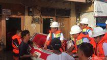 Saat Bos PLN Inspeksi Listrik Daerah Banjir Jakarta Naik Perahu