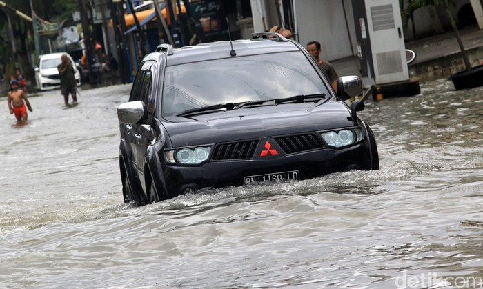 Banjir yang rendam sejumlah jalan di Jakarta membuat warga nekat terobos banjir agar dapat beraktivitas. Berikut deretan foto mobil penerjang banjir di ibu kota