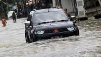 Mobil SUV diketahui punya kelebihan dalam melewati medan sulit jika dibandingkan dengan kendaraan jenis lain. Termasuk saat harus melibas genangan air, atau bahkan banjir.