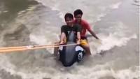 Mobil Tak Bisa Lewat karena Banjir, Ada Lumba-lumba di Jalanan Jakarta