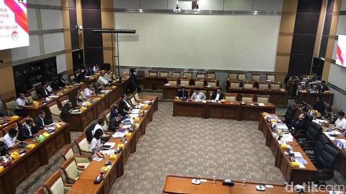 Menteri Hukum dan HAM Yasonna H Laoly rapat kerja dengan Komisi III DPR RI