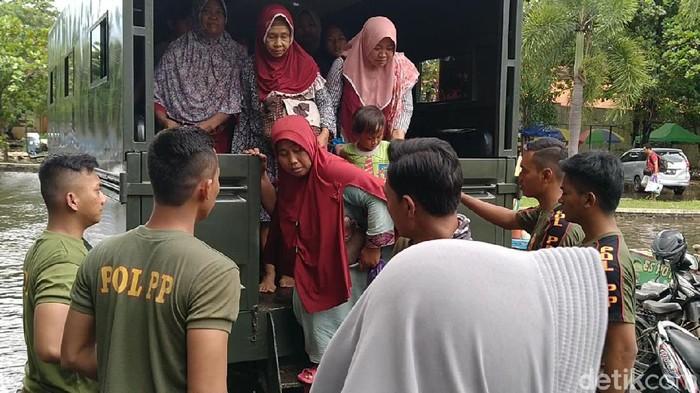 evakuasi korban banjir di pekalongan, 25/2/2020