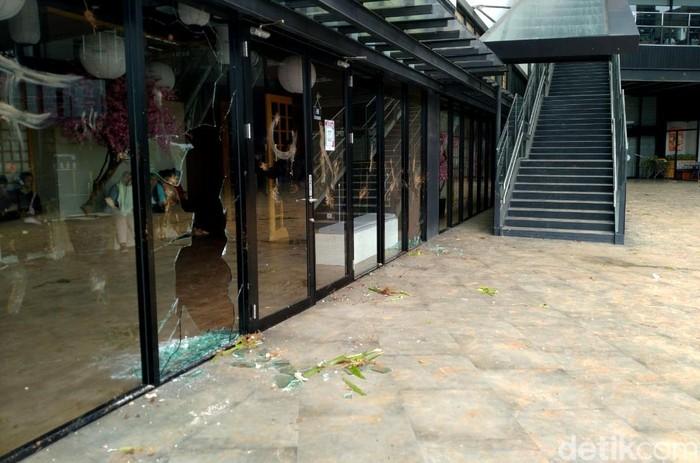 Sekelompok warga merangsek masuk ke AEON Mall Jakarta Garden City 9JGC) Cakung, Jakarta Timur. Massa menyerang dan merusak fasilitas di mal tersebut.