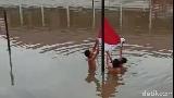 Viral Upacara Saat Banjir, Siswa SD Sumsel Telanjang Dada Kibarkan Bendera