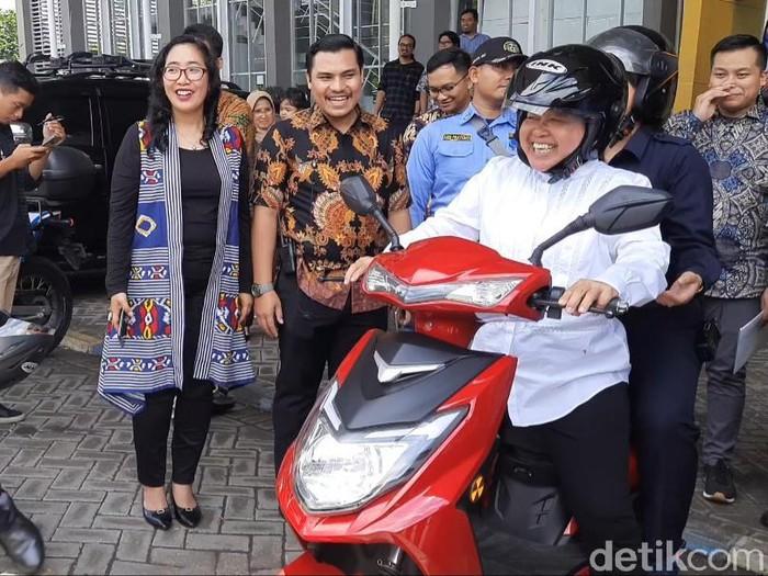 Ada sesuatu yang berbeda yang dilakukan Wali Kota Surabaya Tri Rismaharini. Ia mengendarai sepeda motor setelah mengisi acara di Gedung Robotik ITS Surabaya.