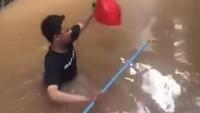 Menerjang Banjir, Ini 5 Kisah Antar Makanan yang Jadi Viral