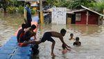 Asyiknya Anak-anak di Periuk Tangerang Bermain Air Saat Banjir