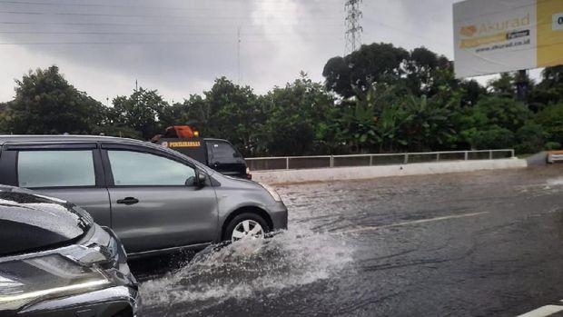 Macet Parah di Tol Jagorawi arah Jakarta Akibat Genangan Air di KM 3