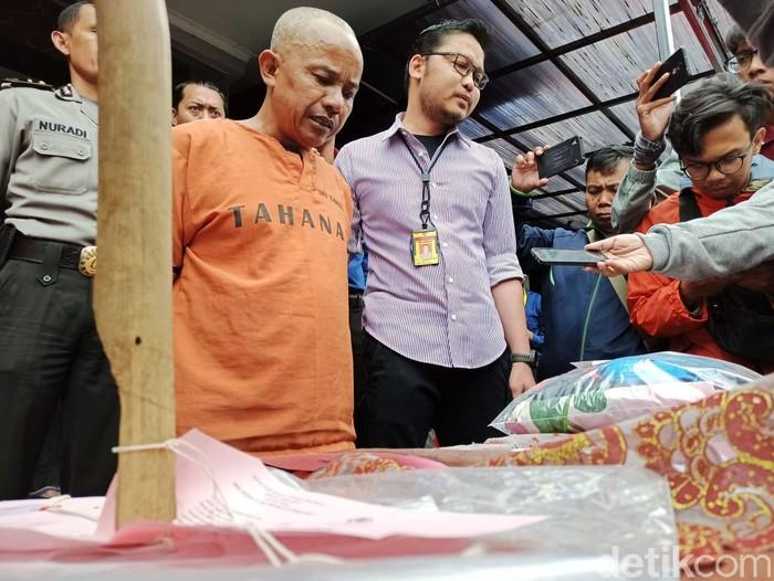 Supriadi alias Dukun Eyang Anom (50), seorang dukun Kampung di Kecamatan Ngamprah, Kabupaten Bandung Barat tega memperkosa dua anak tirinya. Dia pun harus berusan dengan polisi untuk mempertanggungjawabkan perbuatannya. Supriadi alias Dukun Eyang Anom terus terus menunduk saat dihadirkan dalam rilis di Mapolres Cimahi, Selasa (25/2/2020).