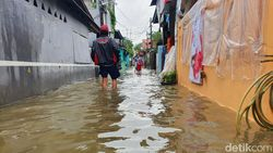 Kali Baru Bekasi Meluap, Warga Evakuasi Alat Elektronik-Pakaian
