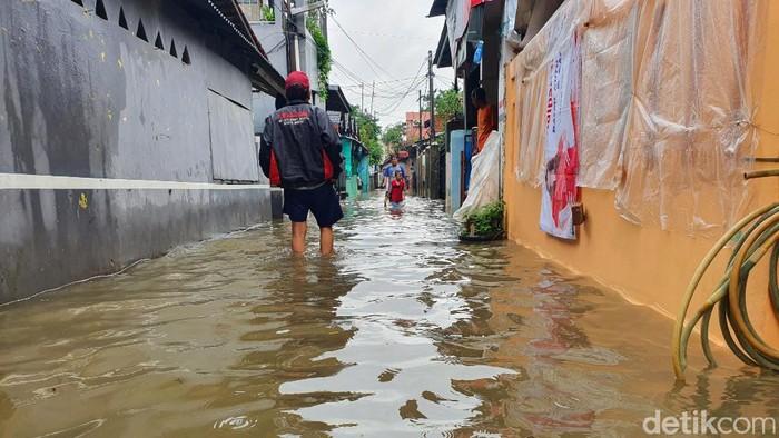 Banjir akibat Kali Baru Bekasi meluap (Isal Mawardi/detikcom)