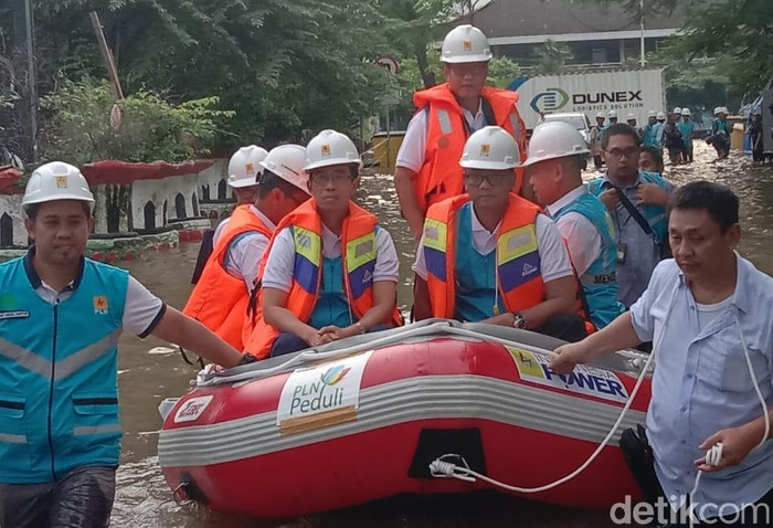 Direktur Utama PT PLN (Persero) Zulkifli Zaini sore ini melakukan inspeksi kelistrikan yang terdampak banjir di daerah Pedongkelan, Jakarta Timur.