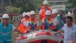 Bos PLN Digiring Naik Perahu Cek Lokasi Banjir