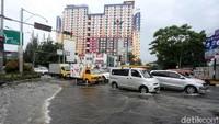 Sejumlah jalan di kawasan Bekasi pun turut terdampak banjir tersebut.