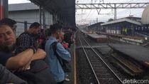Rel Stasiun Sudirman Tergenang, Penumpang KRL di Stasiun Cilebut Menumpuk