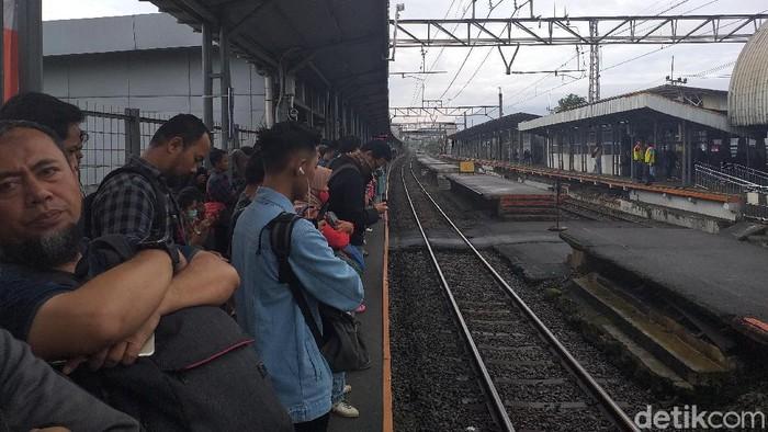 Penumpukan penumpang di Stasiun Cilebut (Rakhmad/detikcom)