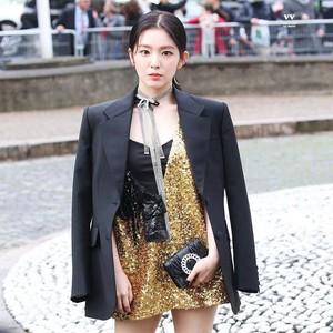 Penampilan 7 Idol K-Pop Paling Curi Atensi Saat Nonton Fashion Show Dunia