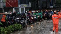 Pemotor Terobos Trotoar Imbas Banjir di Kebon Jeruk