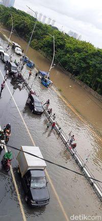 Akses jalan di kolong tol Cempaka Putih banjir.