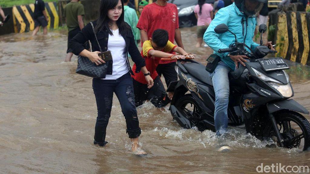 Hari Ini Banjir, Tips Agar Kaki Nggak Kena Jamur Ini Perlu Dicoba