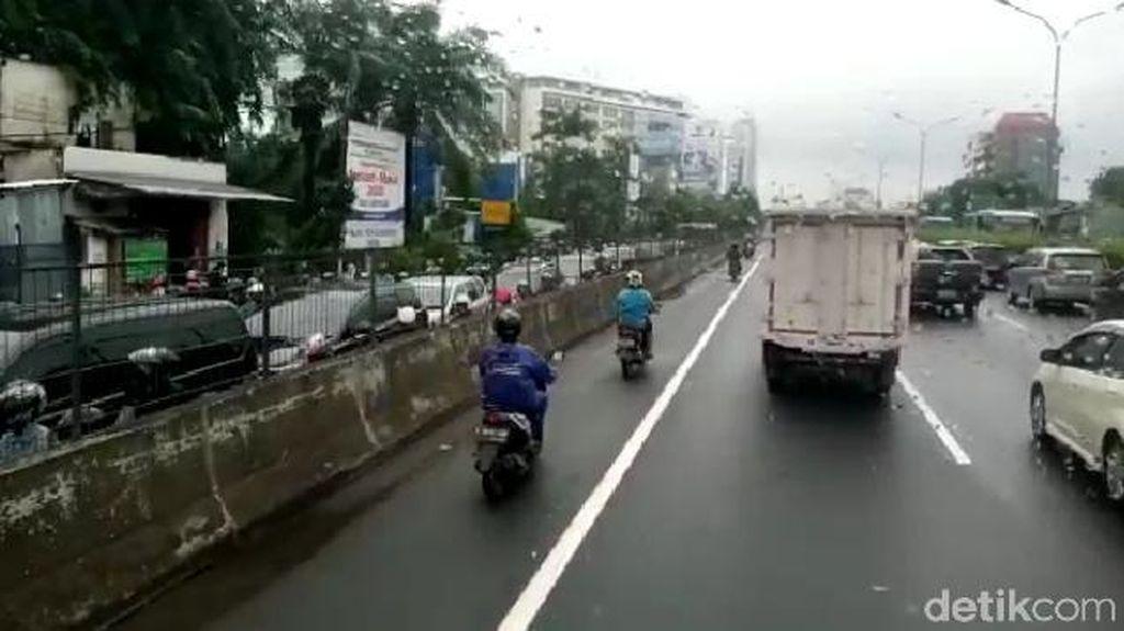 Jalan Arjuna Utara Jakbar Macet, Pengendara Motor Masuk Tol Kebon Jeruk